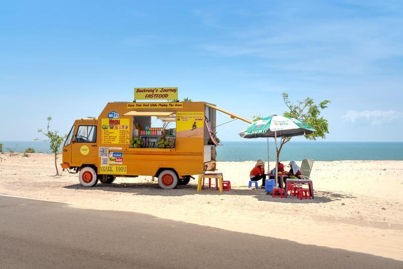 砂浜のキッチンカー