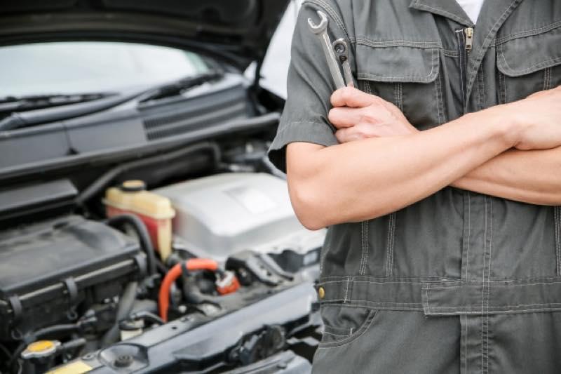 腕組みする自動車整備士