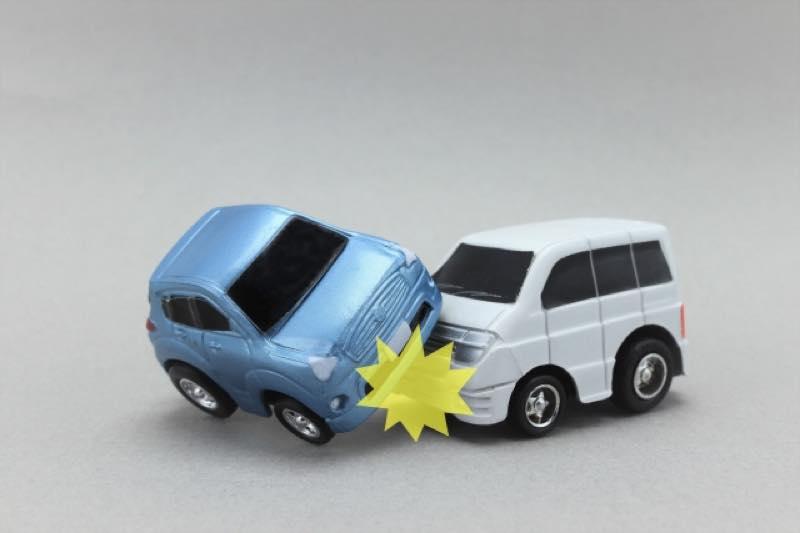 衝突する車のミニ模型