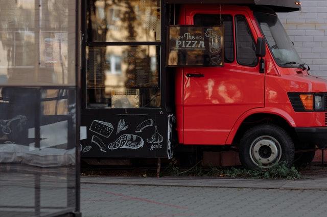 赤いピザのキッチンカー