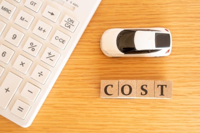 電卓・車の模型・「COST」の木製サイコロ