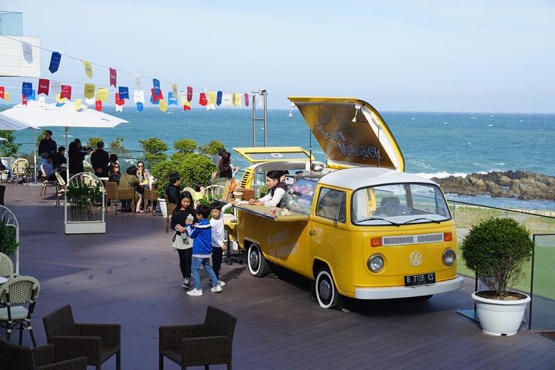 th_海辺の黄色いキッチンカー