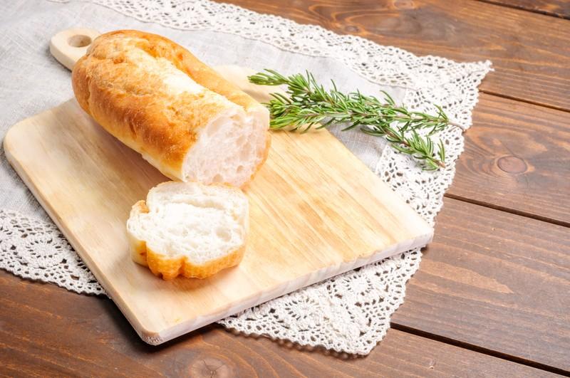 カットされたフランスパン