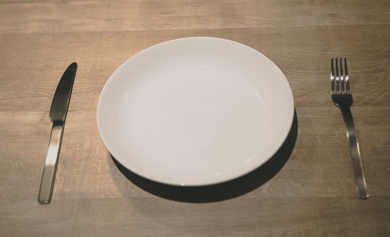 丸いお皿にナイフとフォーク