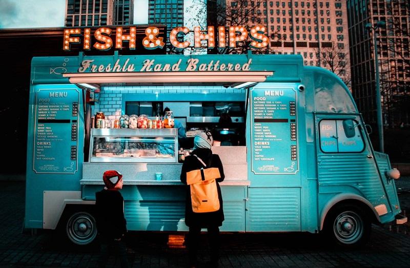 フィッシュアンドチップスを売る海外のキッチンカー