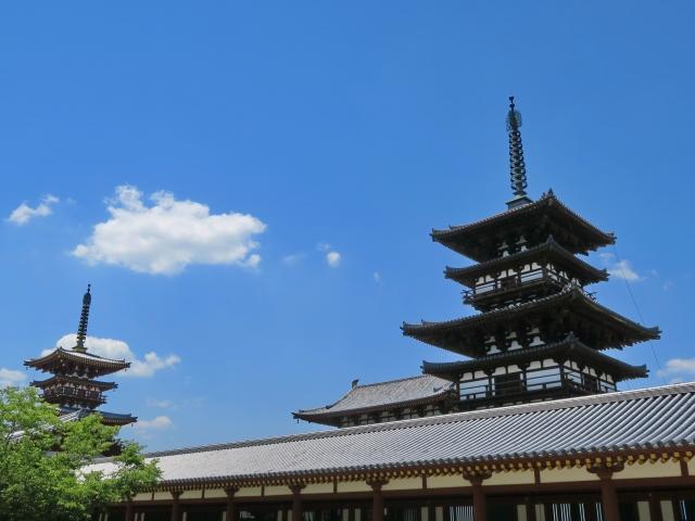 奈良の寺院と青空